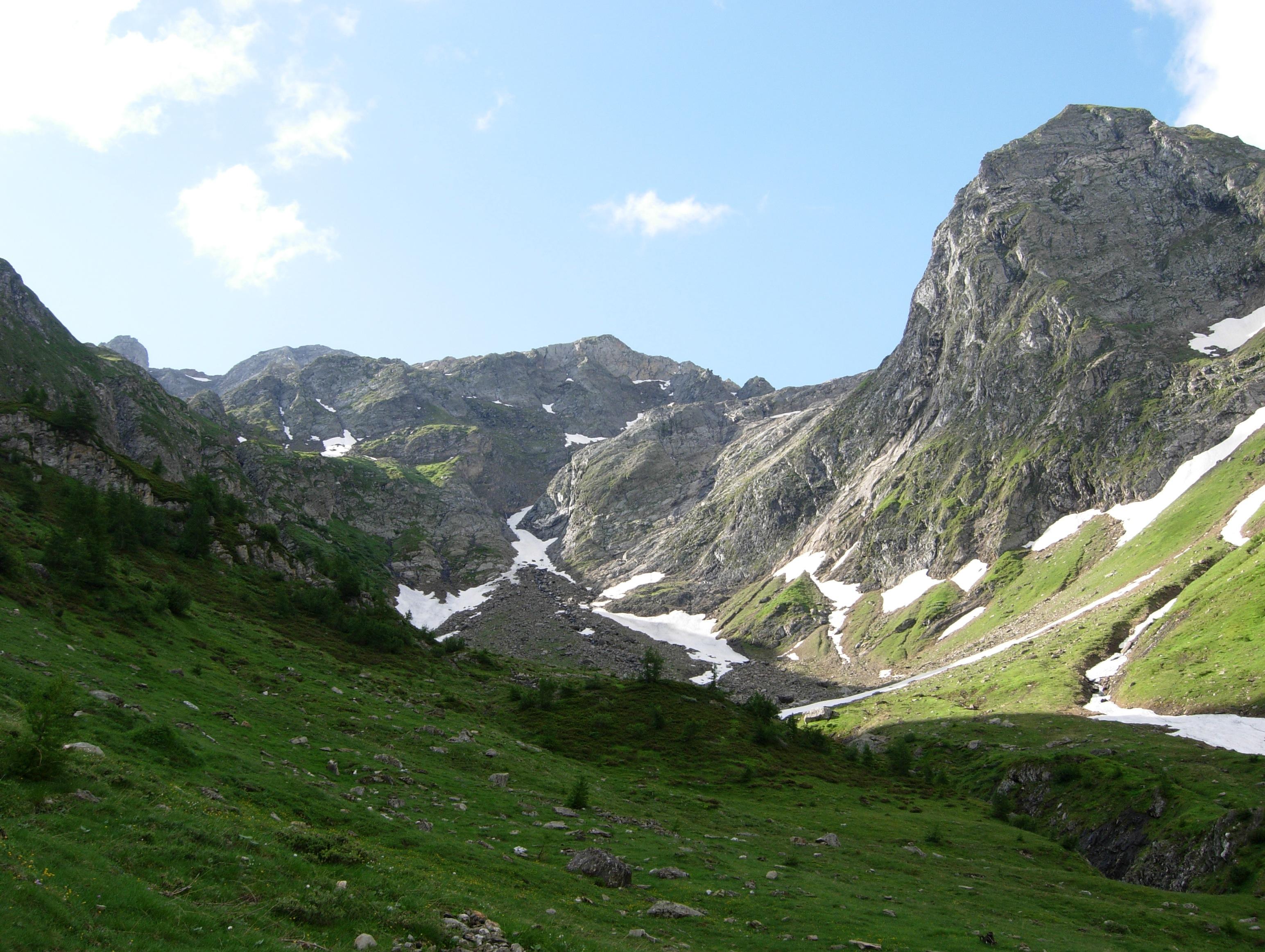 Veduta dall'ingresso della valle...nel centro si vede il passaggio ancora innevato per salire al ghiacciaio