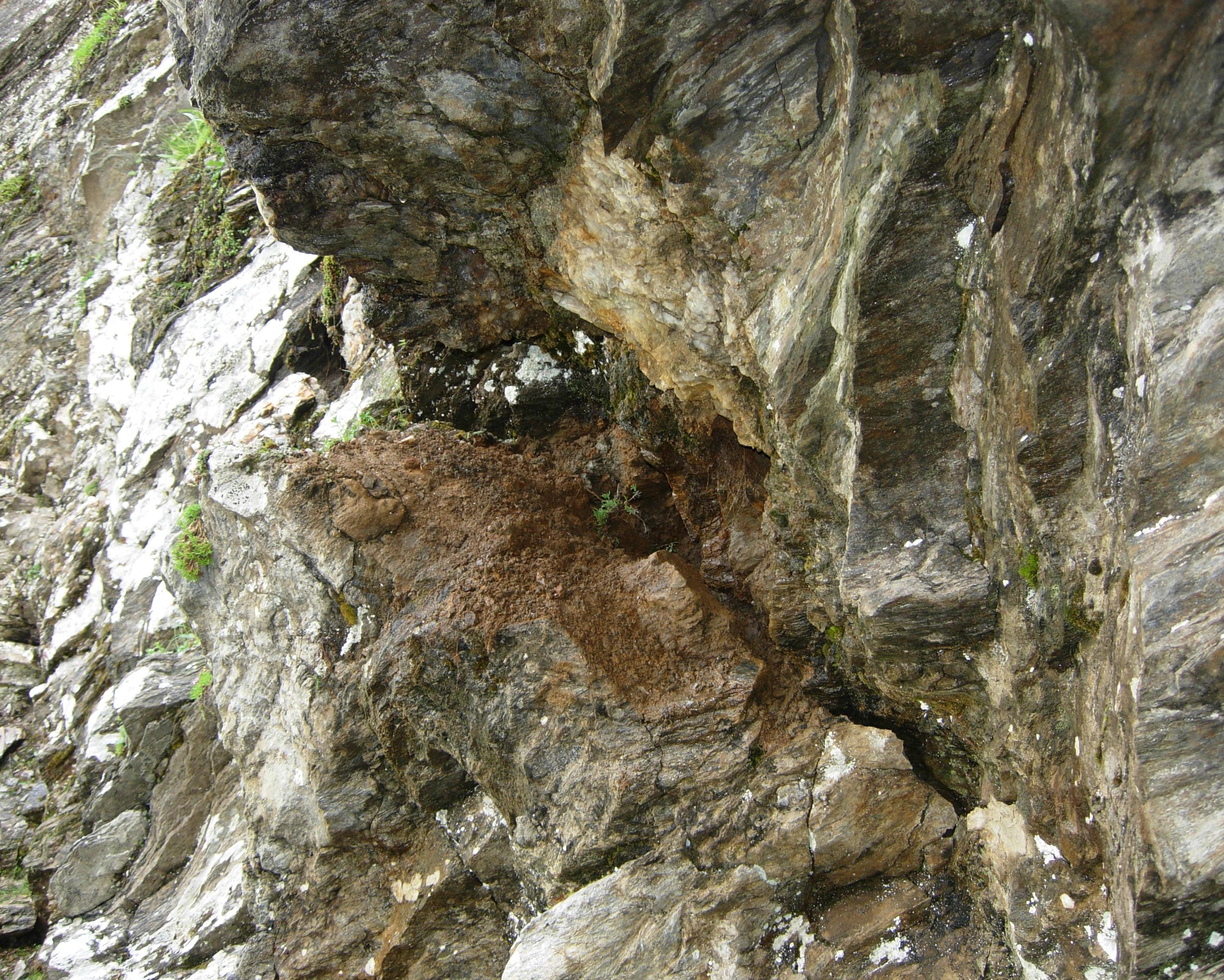 Ecco la fessura che li conteneva...in parte era già stata esplorata, ma riservava ancora qualche bel pezzo..