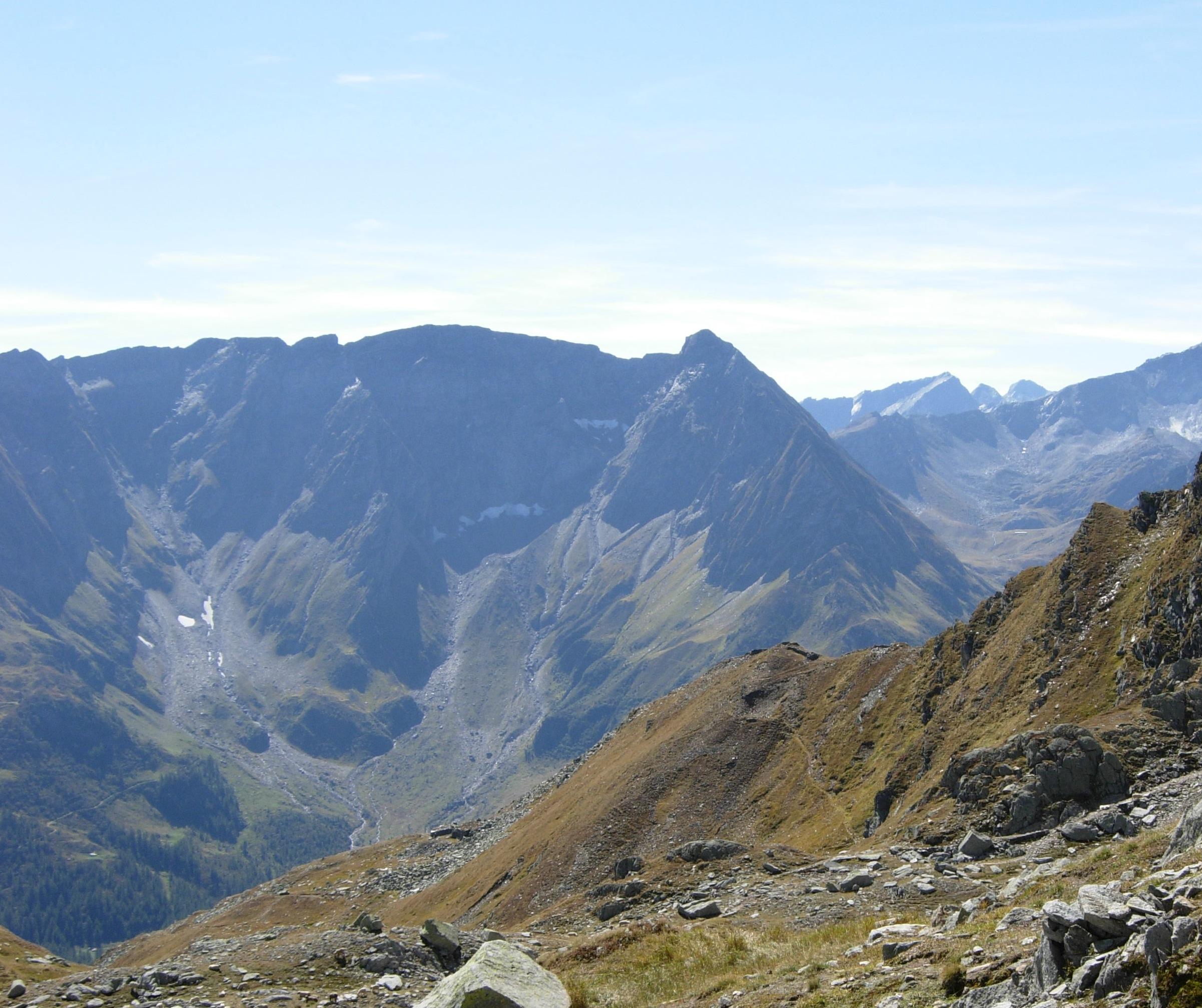 La Val Ruinò vista dalla Fibbia, al centro il Pizzo Madone
