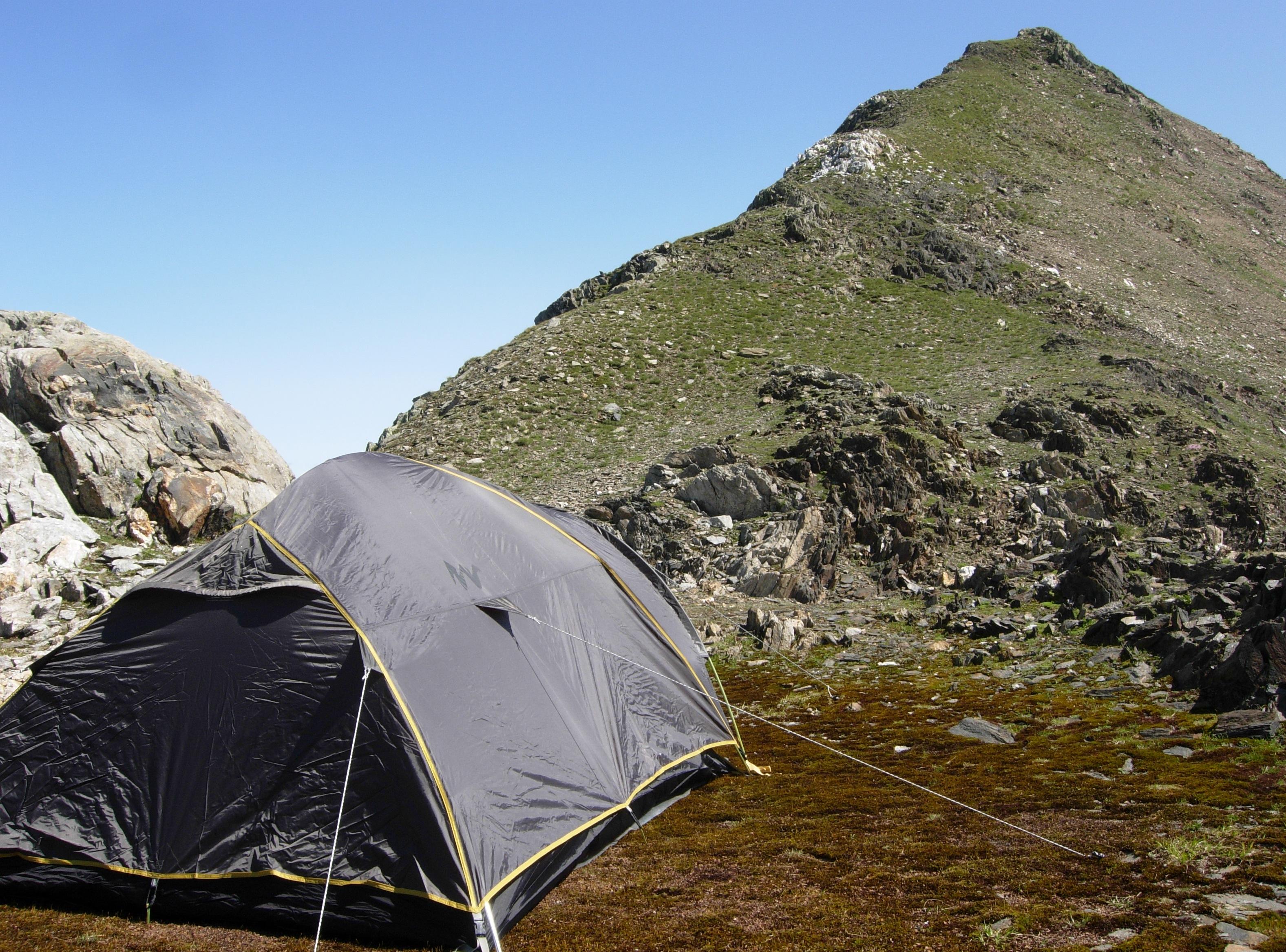 Questo è il luogo scelto per il bivacco, oltre la tenda il Poncione di Val Piana
