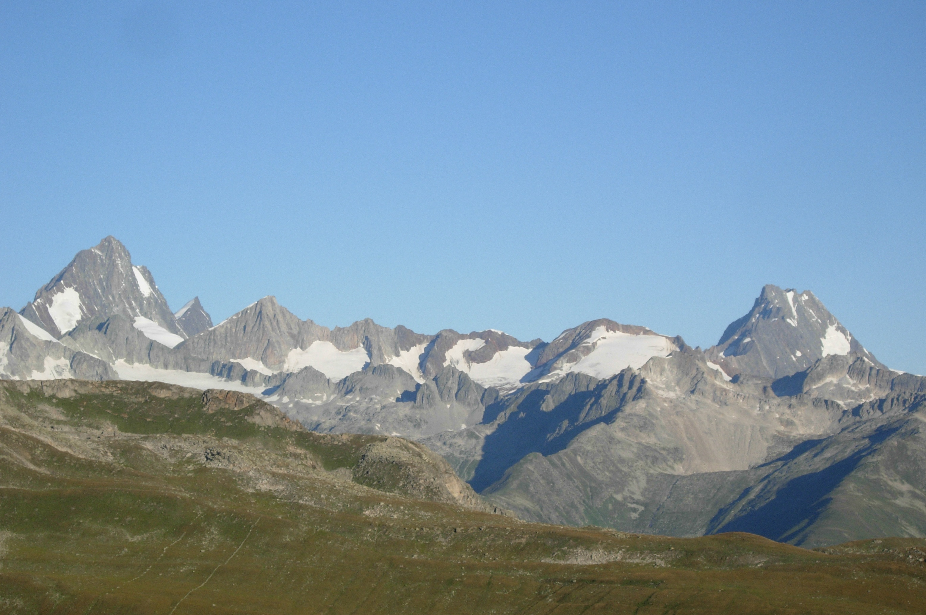 Magnifica vista su Finsteraarhorn e le altre cime vallesane