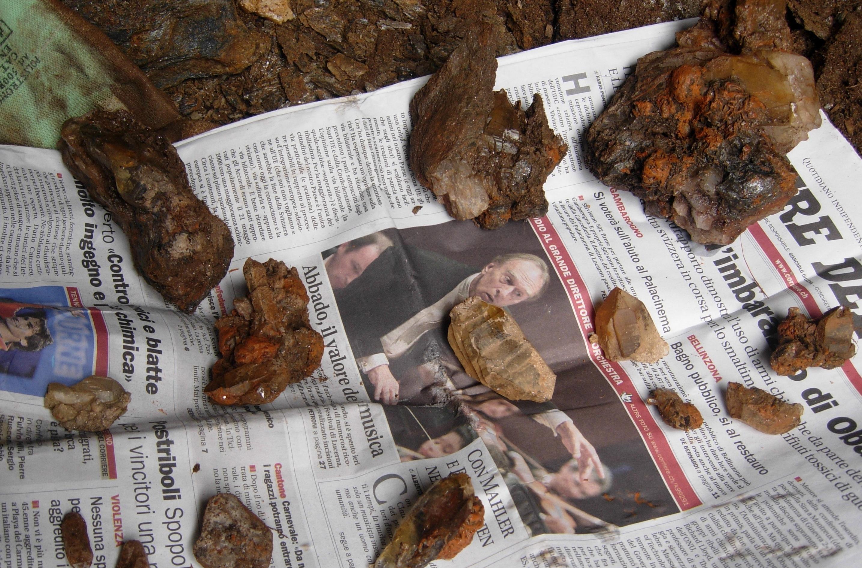 I pezzi estratti dalla prima fessura...quarzi, rutilo e adularie