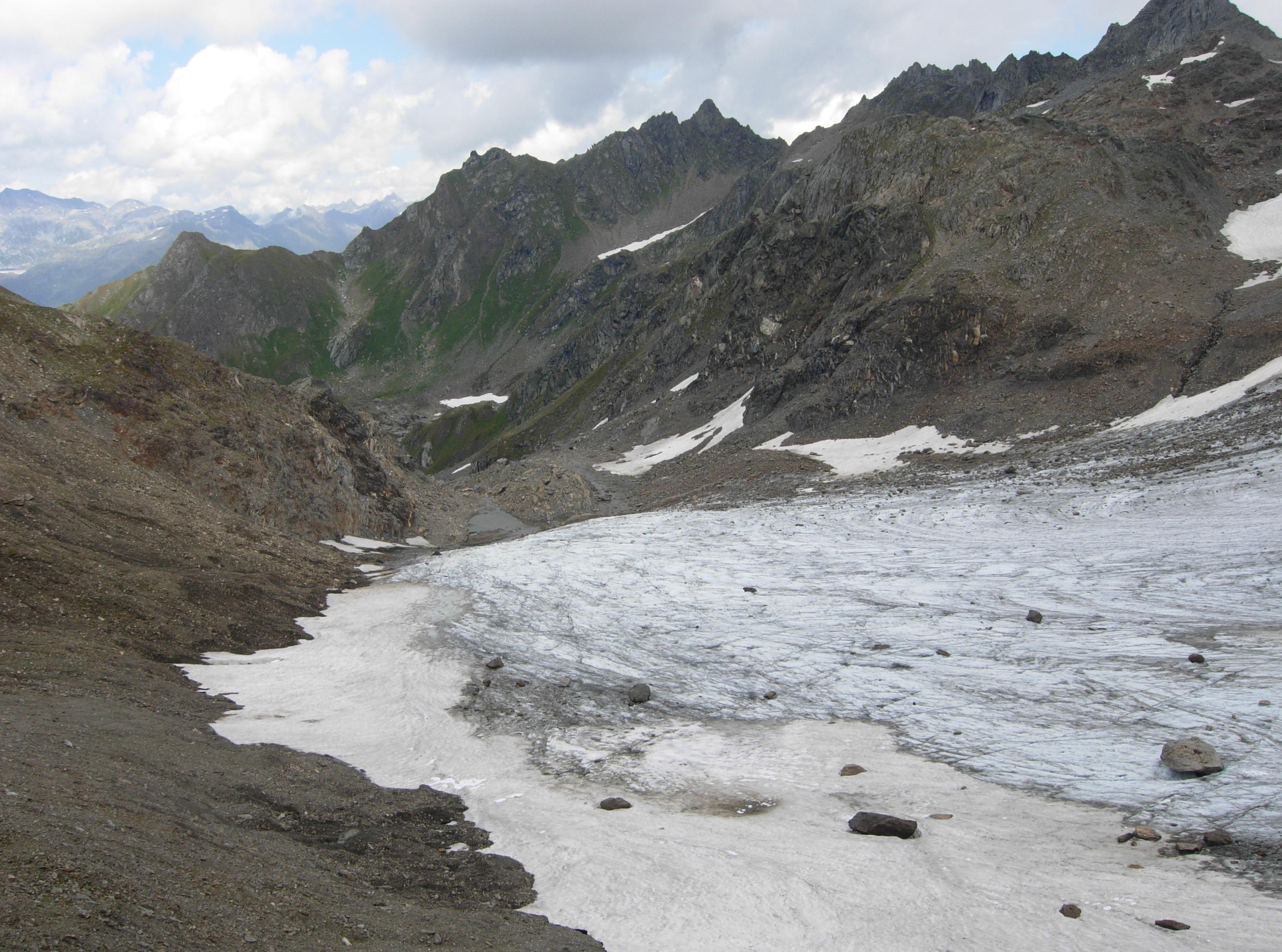 La lingua del ghiacciaio quasi del tutto scoperta