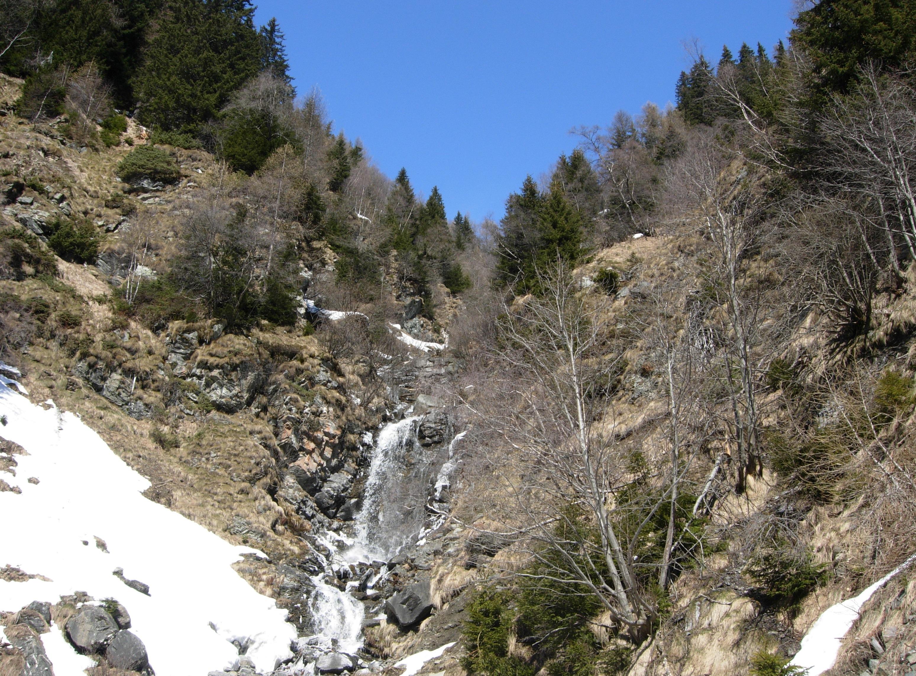 La prima fessura trovata accanto alla piccola cascata